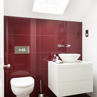 Удачное сочетание для дизайна помещения: маленькая ванная комната в современном стиле с настольной раковиной, унитазом-моноблоком, красной плиткой, керамической плиткой, плоскими фасадами, белыми фасадами, красными стенами, полом из керамической плитки, коричневым полом и белой столешницей - самое интересное для вас