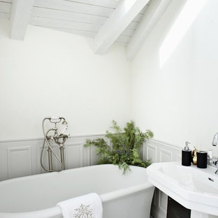 Inspiration for a contemporary bathroom remodel in Tel Aviv with a pedestal sink