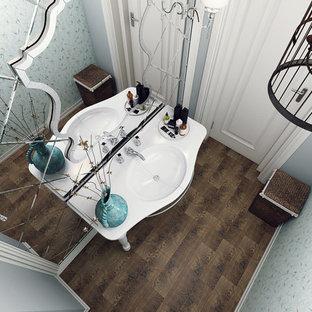 Diseño de cuarto de baño tradicional, pequeño, con sanitario de una pieza, baldosas y/o azulejos verdes, baldosas y/o azulejos con efecto espejo, paredes verdes, suelo de baldosas de cerámica, lavabo tipo consola y suelo marrón