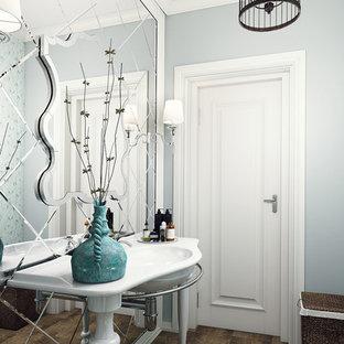 Foto de cuarto de baño tradicional, pequeño, con sanitario de una pieza, baldosas y/o azulejos verdes, baldosas y/o azulejos con efecto espejo, paredes verdes, suelo de baldosas de cerámica, lavabo tipo consola y suelo marrón