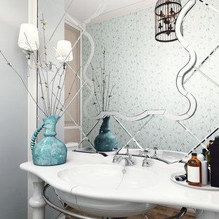 Imagen de cuarto de baño clásico, pequeño, con sanitario de una pieza, baldosas y/o azulejos verdes, baldosas y/o azulejos con efecto espejo, paredes verdes, suelo de baldosas de cerámica, lavabo tipo consola y suelo marrón