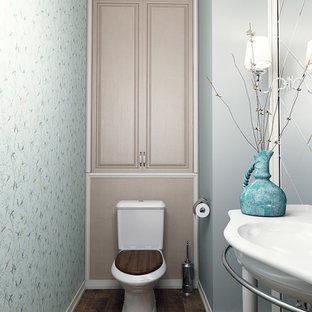 Ejemplo de cuarto de baño clásico, pequeño, con sanitario de una pieza, baldosas y/o azulejos verdes, baldosas y/o azulejos con efecto espejo, paredes verdes, suelo de baldosas de cerámica, lavabo tipo consola y suelo marrón