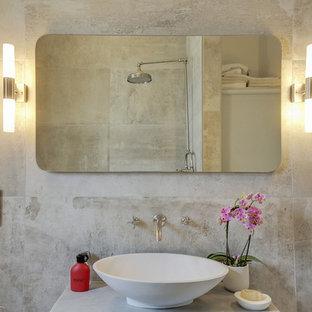Modelo de cuarto de baño con ducha, actual, pequeño, con bañera exenta, baldosas y/o azulejos grises, baldosas y/o azulejos de cemento, paredes grises, suelo de cemento, lavabo tipo consola y encimera de cemento