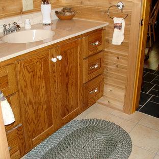 フィラデルフィアの中サイズのトラディショナルスタイルのおしゃれなマスターバスルーム (フラットパネル扉のキャビネット、中間色木目調キャビネット、アルコーブ型浴槽、分離型トイレ、セラミックタイルの床、一体型シンク、大理石の洗面台、ベージュの床、ベージュのカウンター) の写真