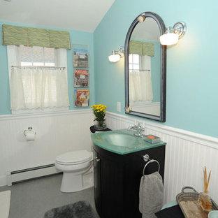 Immagine di una piccola stanza da bagno con doccia classica con pareti blu, ante nere, top in vetro, ante a filo, doccia alcova, WC a due pezzi, pavimento in gres porcellanato, lavabo integrato, pavimento grigio e porta doccia scorrevole