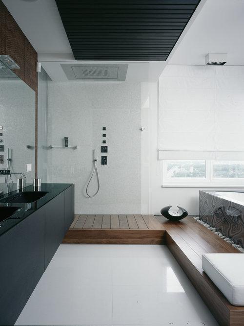 Salle de bain avec une baignoire d 39 angle et des portes de placard noires - Placard d angle salle de bain ...