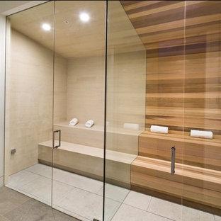 Ispirazione per una piccola sauna minimalista con doccia a filo pavimento, piastrelle beige, piastrelle in gres porcellanato, pareti bianche, pavimento beige, doccia aperta e pavimento in pietra calcarea