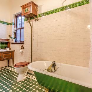 Esempio di una stanza da bagno boho chic con vasca con piedi a zampa di leone, piastrelle in gres porcellanato, piastrelle verdi, piastrelle bianche, WC monopezzo, lavabo da incasso, pavimento con piastrelle in ceramica e pareti bianche
