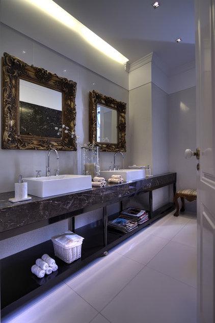 Eclectic Bathroom by Ruben Cardoso