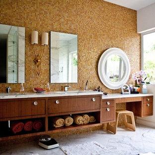 Стильный дизайн: огромная главная ванная комната в современном стиле с врезной раковиной, плоскими фасадами, мраморной столешницей, бежевой плиткой, плиткой мозаикой, мраморным полом, темными деревянными фасадами, белыми стенами, полновстраиваемой ванной, душем без бортиков, раздельным унитазом и серым полом - последний тренд