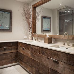 На фото: ванная комната в стиле лофт с плоскими фасадами, темными деревянными фасадами, серыми стенами, врезной раковиной, серым полом и белой столешницей с