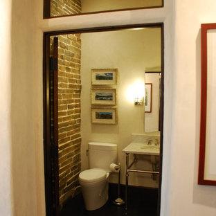 Idee per una stanza da bagno con doccia classica di medie dimensioni con pareti beige, parquet scuro, WC a due pezzi, pistrelle in bianco e nero, lavabo sottopiano e top in marmo
