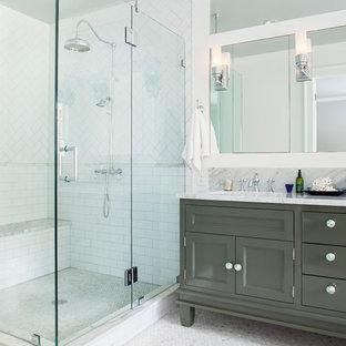 Klassisches Badezimmer mit grauen Schränken, Eckdusche, weißen Fliesen, Metrofliesen und Schrankfronten mit vertiefter Füllung in Atlanta
