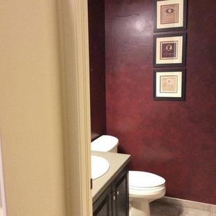Idéer för ett litet klassiskt badrum med dusch, med luckor med upphöjd panel, skåp i mörkt trä, röda väggar, travertin golv och bänkskiva i akrylsten