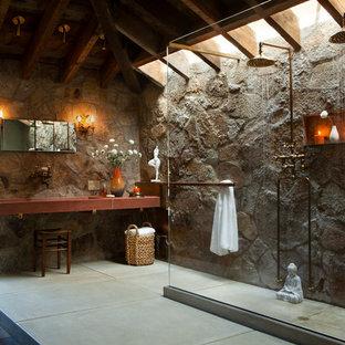 Ejemplo de cuarto de baño principal, rústico, con ducha a ras de suelo, paredes grises, suelo de cemento, lavabo de seno grande, encimera de madera, suelo gris y ducha abierta