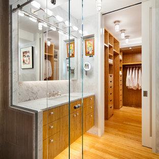Пример оригинального дизайна: маленькая главная ванная комната в современном стиле с плоскими фасадами, фасадами цвета дерева среднего тона, белой плиткой, плиткой из листового камня, врезной раковиной, открытым душем, инсталляцией, полом из бамбука, мраморной столешницей, белыми стенами и душем с раздвижными дверями