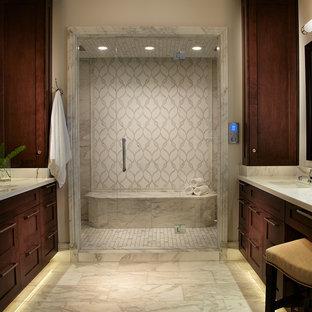 Inspiration pour un grand sauna ethnique avec un lavabo encastré, un placard à porte shaker, des portes de placard en bois sombre, un carrelage blanc, un carrelage de pierre, un plan de toilette en marbre, un mur blanc et un sol en marbre.