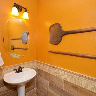 Modelo de cuarto de baño con ducha, contemporáneo, de tamaño medio, con lavabo tipo consola, encimera de cuarzo compacto, sanitario de una pieza, baldosas y/o azulejos beige, parades naranjas y suelo de madera clara