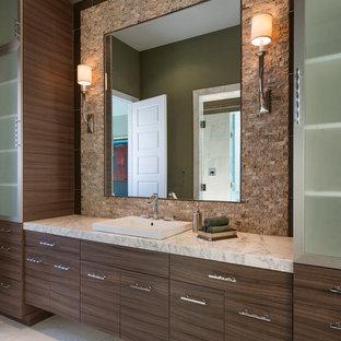 Imagen de cuarto de baño principal, contemporáneo, grande, con lavabo encastrado, armarios con paneles lisos, puertas de armario de madera en tonos medios, encimera de mármol, bañera encastrada, ducha doble, sanitario de dos piezas, baldosas y/o azulejos blancos, losas de piedra, paredes verdes y suelo de mármol