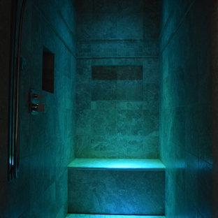 Idee per una grande sauna mediterranea con ante in legno scuro, vasca da incasso, piastrelle beige, pareti blu, pavimento in travertino e lavabo sottopiano