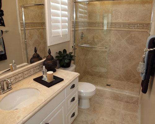 Stanza da bagno con ante a riquadro a rilievo e piastrelle for Piastrelle bagno in rilievo
