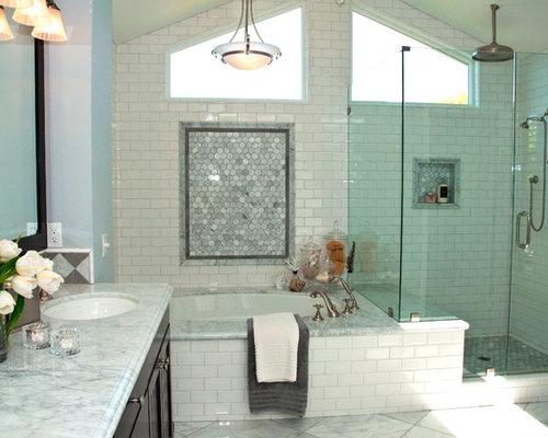 Salle de bain avec une baignoire d 39 angle et un placard en - Trompe l oeil salle de bain ...