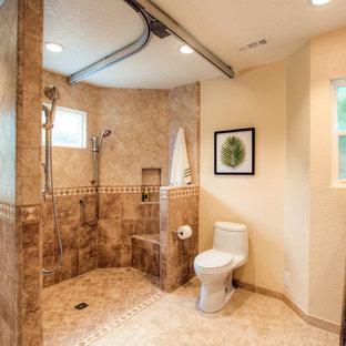 Foto di una stanza da bagno con doccia chic di medie dimensioni con lavabo sottopiano, ante in stile shaker, ante in legno scuro, top in granito, doccia alcova, WC a due pezzi, piastrelle beige, piastrelle in gres porcellanato, pareti beige e pavimento in gres porcellanato