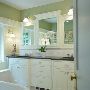 Idée de décoration pour une petite douche en alcôve principale craftsman avec un placard à porte shaker, des portes de placard blanches, une baignoire sur pieds, un WC séparé, un carrelage blanc, un carrelage métro, un mur vert, un sol en carrelage de terre cuite, un lavabo encastré et un plan de toilette en quartz modifié.