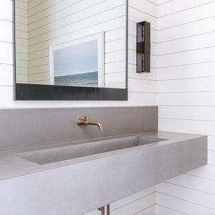 Ispirazione per una grande stanza da bagno mediterranea con pareti bianche, pavimento in gres porcellanato, lavabo integrato, top in cemento, pavimento nero e top grigio