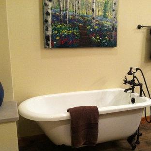 Ispirazione per una stanza da bagno padronale moderna di medie dimensioni con lavabo integrato, top in cemento e top grigio