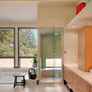 На фото: главная ванная комната среднего размера в стиле модернизм с плоскими фасадами, оранжевыми фасадами, угловой ванной, открытым душем, унитазом-моноблоком, белой плиткой, плиткой из листового камня, белыми стенами, полом из керамической плитки, накладной раковиной, столешницей из искусственного камня, белым полом и открытым душем