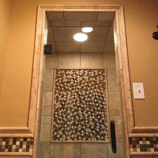 オースティンの小さいラスティックスタイルのおしゃれな子供用バスルーム (アンダーカウンター洗面器、レイズドパネル扉のキャビネット、ヴィンテージ仕上げキャビネット、御影石の洗面台、アルコーブ型シャワー、ベージュのタイル、石タイル、ベージュの壁、トラバーチンの床) の写真