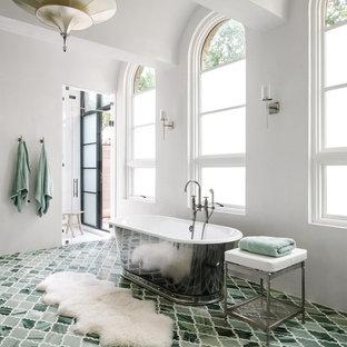 Diseño de cuarto de baño principal, mediterráneo, con bañera exenta, paredes blancas y suelo verde