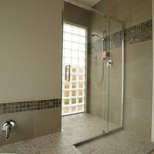 Diseño de cuarto de baño moderno con baldosas y/o azulejos en mosaico