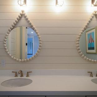 Maritim inredning av ett mellanstort en-suite badrum, med skåp i shakerstil, gula skåp, ett badkar i en alkov, en dusch/badkar-kombination, en toalettstol med separat cisternkåpa, grå kakel, tunnelbanekakel, grå väggar, klinkergolv i porslin, ett undermonterad handfat, laminatbänkskiva, beiget golv och dusch med duschdraperi