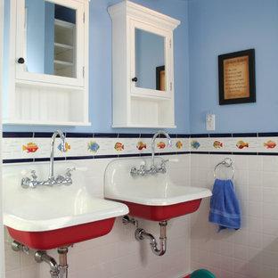 Modelo de cuarto de baño infantil, bohemio, con lavabo suspendido y paredes azules