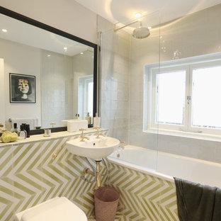 На фото: маленькая главная ванная комната в стиле современная классика с накладной ванной, унитазом-моноблоком, бежевыми стенами, полом из линолеума, подвесной раковиной и открытым душем с