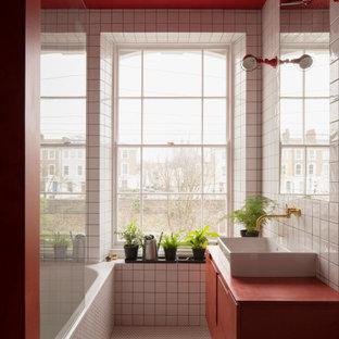 Пример оригинального дизайна: ванная комната в стиле лофт с красными фасадами, белой плиткой и красной столешницей