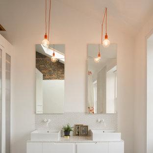 Idée de décoration pour une salle de bain urbaine avec des portes de placard rouges, un carrelage blanc et un plan de toilette rouge.