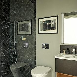 Immagine di una stanza da bagno boho chic con ante nere, zona vasca/doccia separata, WC sospeso, piastrelle di marmo, pareti grigie, pavimento con piastrelle in ceramica, lavabo sospeso, top in superficie solida, pavimento nero e top bianco