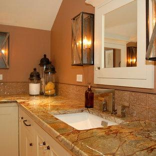 ポートランドの大きいトラディショナルスタイルのおしゃれなマスターバスルーム (シェーカースタイル扉のキャビネット、白いキャビネット、置き型浴槽、茶色いタイル、ガラスタイル、セラミックタイルの床、アンダーカウンター洗面器、大理石の洗面台、マルチカラーの洗面カウンター) の写真
