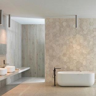Immagine di una grande stanza da bagno con doccia con ante in legno chiaro, vasca freestanding, piastrelle beige, piastrelle in gres porcellanato, pareti beige, pavimento in gres porcellanato, lavabo a consolle, top in quarzo composito e doccia aperta