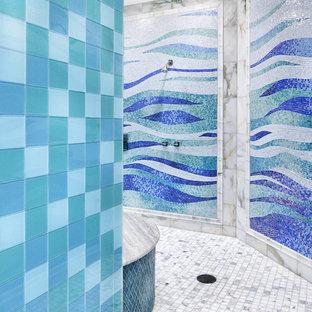 Modelo de cuarto de baño contemporáneo con baldosas y/o azulejos en mosaico, ducha abierta y ducha abierta