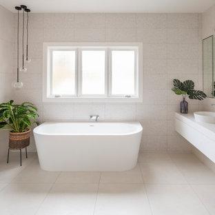 Ispirazione per una stanza da bagno vittoriana con consolle stile comò, ante beige, vasca freestanding, doccia alcova, piastrelle grigie, piastrelle in gres porcellanato, lavabo a bacinella, top in quarzo composito, pavimento grigio, doccia aperta e top beige