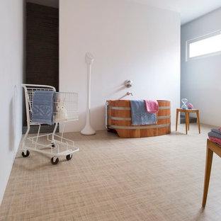 Immagine di una stanza da bagno per bambini contemporanea di medie dimensioni con vasca freestanding, pareti bianche e pavimento in linoleum