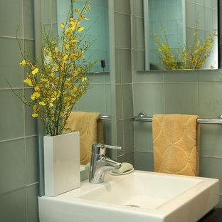 Foto di una piccola stanza da bagno con doccia minimalista con ante lisce, ante marroni, WC monopezzo, piastrelle verdi, piastrelle di vetro, pareti verdi, pavimento in marmo, lavabo a bacinella, top in superficie solida, pavimento multicolore e porta doccia scorrevole
