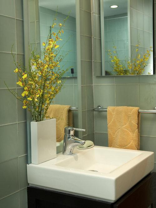 Salle d 39 eau moderne avec un carrelage vert photos et for Carrelage vert d eau