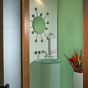 Imagen de cuarto de baño con ducha, contemporáneo, pequeño, con armarios tipo vitrina, puertas de armario verdes, sanitario de una pieza, baldosas y/o azulejos blancos, paredes blancas, suelo de mármol, lavabo con pedestal, encimera de vidrio y suelo blanco