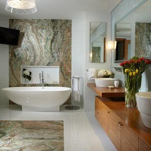 Immagine di una stanza da bagno padronale contemporanea con lavabo a bacinella, ante lisce, ante in legno scuro, vasca freestanding, piastrelle multicolore e top marrone