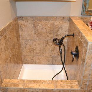 Идея дизайна: ванная комната среднего размера в стиле рустика с фасадами с выступающей филенкой, искусственно-состаренными фасадами, раздельным унитазом, керамической плиткой, бежевыми стенами, полом из травертина, монолитной раковиной, столешницей из меди и бежевым полом